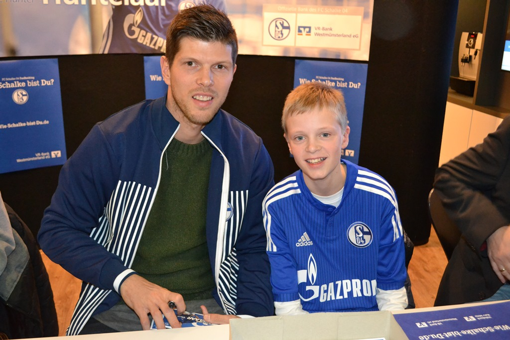 Autogrammstunde mit Klaas-Jan Huntelaar in der VR-Bank Westmünsterland
